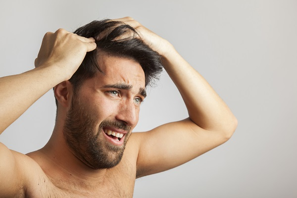 Brufoli del cuoio capelluto: sintomi e trattamenti